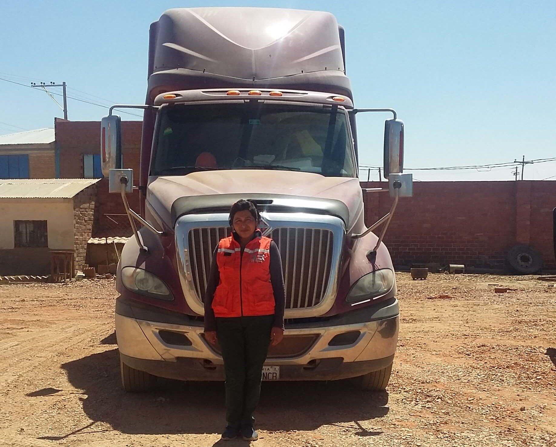 Lila Alvarez empezó una fábrica de ladrillos con su hermana en 2007 con fondos de BancoSol. Además del crédito, Lila usa muchas otras herramientas de BancoSol, que le ayudan a cumplir los plazos de pago de los proveedores y pagar a sus diez empleados. El banco ha posibilitado a Lila a competir y tener éxito en la industria de la construcción dominada por hombres, haciendo realidad su sueño de ser dueña de un negocio.